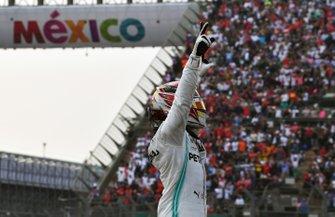 Lewis Hamilton, Mercedes AMG F1, primero, en Parc Fermé