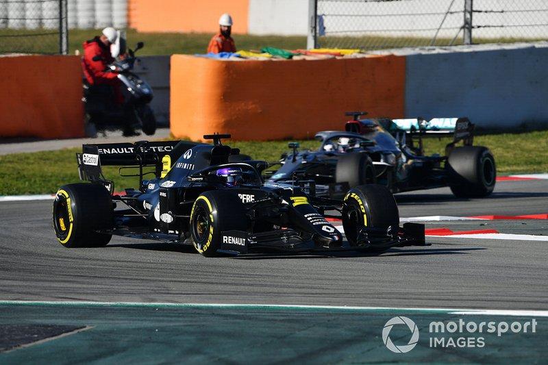 Daniel Ricciardo, Renault F1 Team R.S.20 devant Lewis Hamilton, Mercedes F1 W11