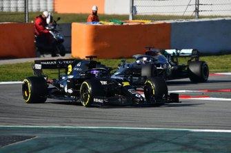 Daniel Ricciardo, Renault F1 Team R.S.20 leads Lewis Hamilton, Mercedes F1 W11
