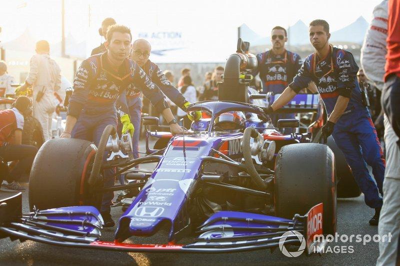 Pierre Gasly, Toro Rosso STR14, arriva sulla griglia con i meccanici