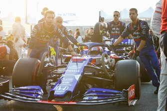 Pierre Gasly, Toro Rosso STR14, arrives on the grid with his mechanics