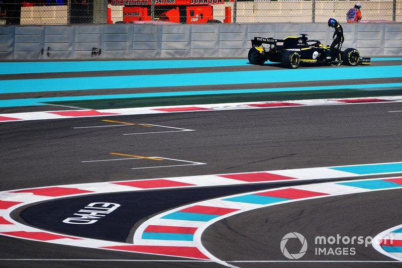 Daniel Ricciardo, Renault F1 Team R.S.19, stops on track