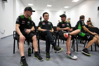 Jonathan Rea, Kawasaki Racing Team, und Leon Haslam, Kawasaki Racing Team, mit Ichiro Yoda
