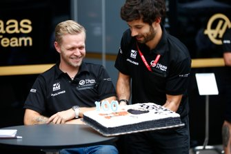 Kevin Magnussen, Haas F1 Team VF-19 celebrates his 100GP with members of the team.