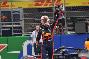 Ganador de la pole Max Verstappen, Red Bull Racing, celebra