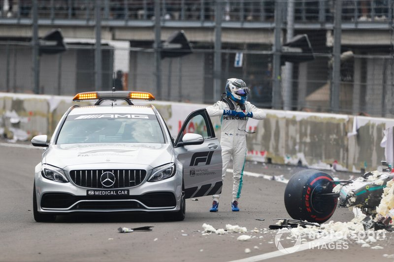 Valtteri Bottas, Mercedes AMG F1, sale sulla medical car dopo l'incidente nelle Qualifiche
