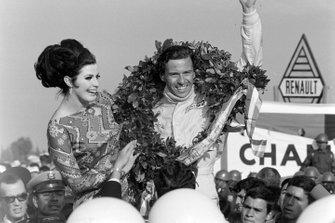 Jim Clark, Team Lotus celebrates victory on the podium