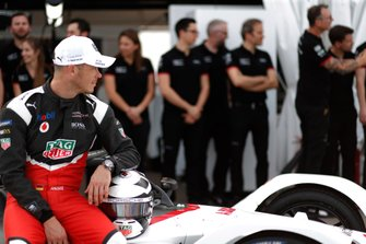 Andre Lotterer, Porsche, Porsche 99x Electric poses for a photo with the team