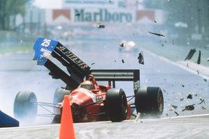 Столкновение: Алекс Каффи, BMS Scuderia Italia, Dallara 188 Ford, и Рене Арну, Ligier JS31 Judd