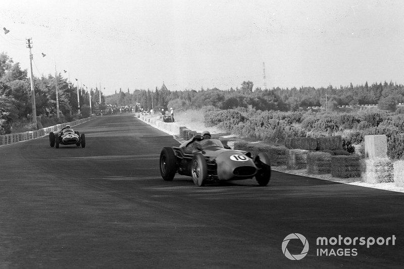 Roy Salvadori, Aston Martin DBR4/250, delante de Maurice Trintignant, Cooper T51 Climax