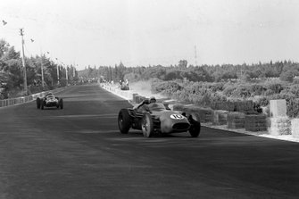 Roy Salvadori, Aston Martin DBR4/250, leads Maurice Trintignant, Cooper T51 Climax