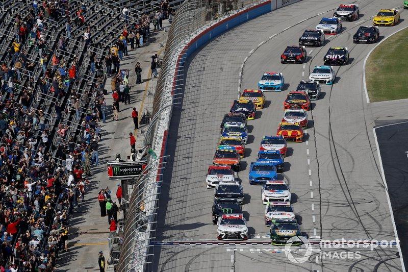 Erik Jones, Joe Gibbs Racing, Toyota Camry Sport Clips, Kevin Harvick, Stewart-Haas Racing, Ford Mustang Busch Beer / Ducks Unlimited, start