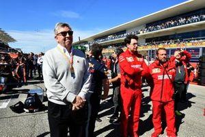 Ross Brawn, Director General de Motorsports, FOM y Mattia Binotto Director de Ferrari en la parrilla de salida