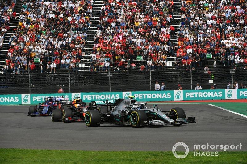 Valtteri Bottas, Mercedes AMG W10, Piloti e Grid Kid durante l'inno nazionale, prima della partenza Max Verstappen, Red Bull Racing RB15, e Daniil Kvyat, Toro Rosso STR14