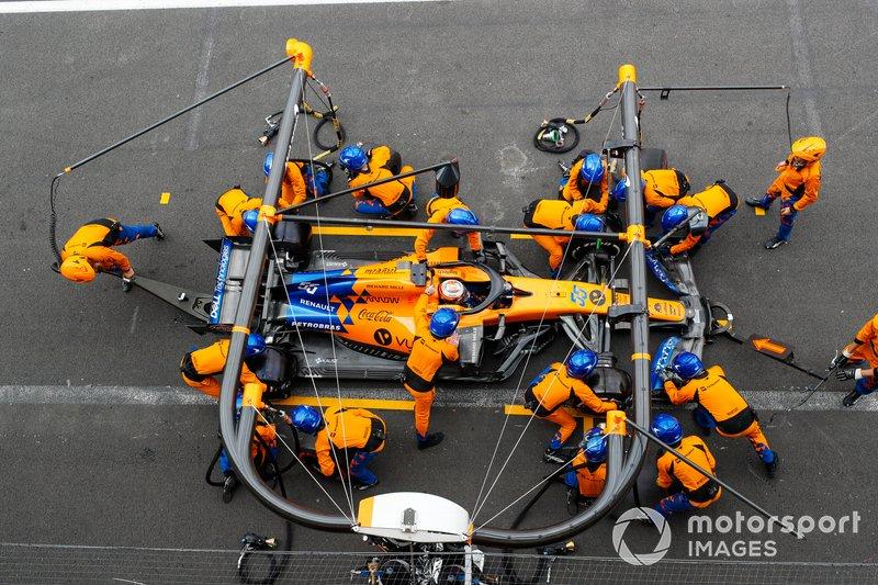 Carlos Sainz Jr., McLaren MCL34, effettua un pit stop