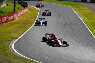 Charles Leclerc, Ferrari SF90, precede Lewis Hamilton, Mercedes AMG F1 W10, Carlos Sainz Jr., McLaren MCL34, e Lando Norris, McLaren MCL34
