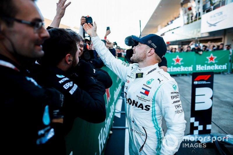 Il vincitore della gara Valtteri Bottas, Mercedes AMG F1, festeggia nel parco chiuso