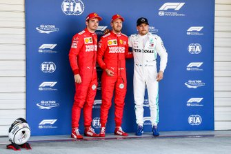 Charles Leclerc, Ferrari, le poleman Sebastian Vettel, Ferrari et Valtteri Bottas, Mercedes AMG F1 dans le Parc Fermé