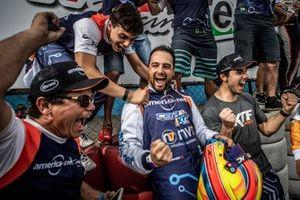 Alberto Cattucci comemora a pole das 500 Milhas com a equipe no KGV