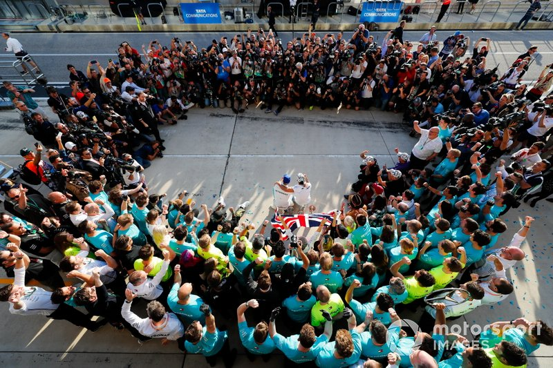 Valtteri Bottas, Mercedes AMG F1, 1st position, Lewis Hamilton, Mercedes AMG F1, 2nd position, and the Mercedes team celebrate