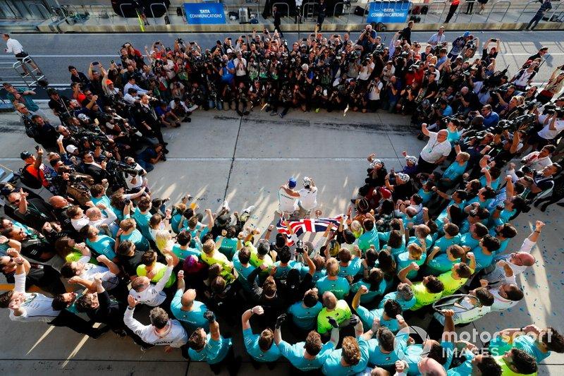 Valtteri Bottas, Mercedes AMG F1, primo classificato, Lewis Hamilton, Mercedes AMG F1, secondo classificato, e il team Mercedes festeggiano