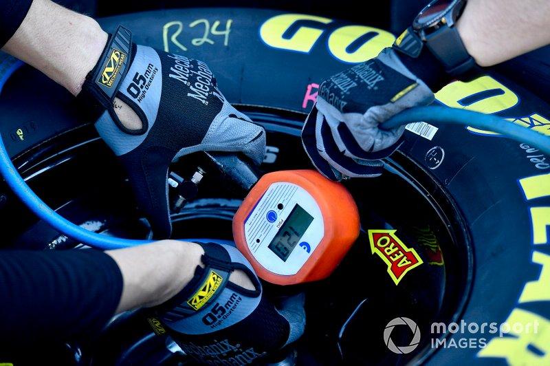 William Byron, Hendrick Motorsports, Chevrolet Camaro Axalta tire gauge