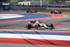 Kimi Raikkonen, Alfa Romeo Racing C41, Daniel Ricciardo, McLaren MCL35M, en Carlos Sainz Jr, Ferrari SF21.