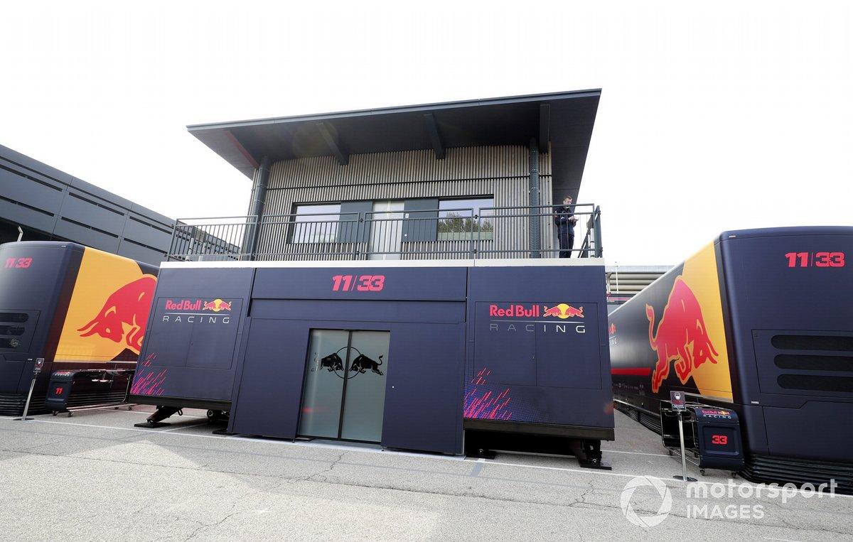 El Red Bull energy station (motorhome de Red Bull) en el paddock