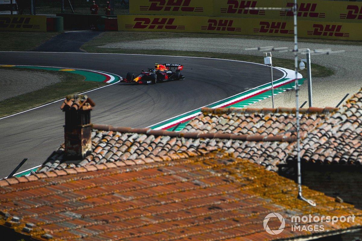 Sergio Pérez, Red Bull Racing RB16B, sufre un pinchazo