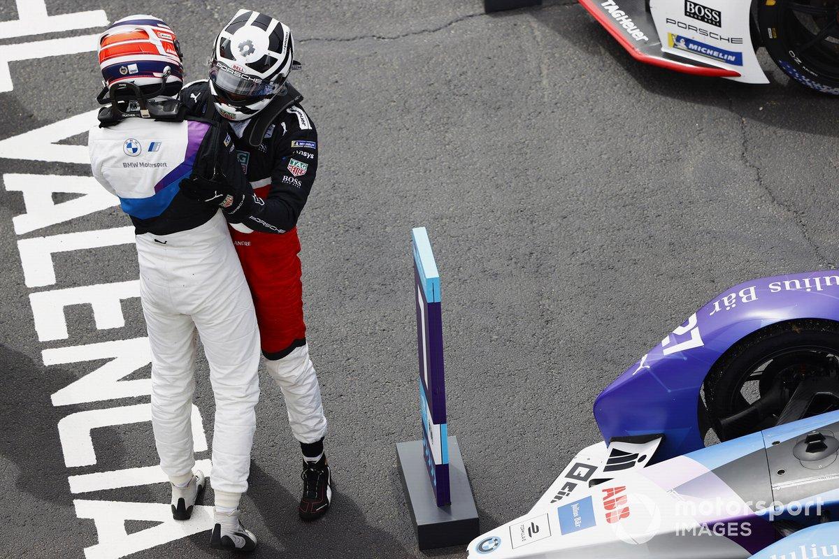 Ganador Jake Dennis, BMW i Andretti Motorsport, es felicitado por el segundo lugar Andre Lotterer, Porsche