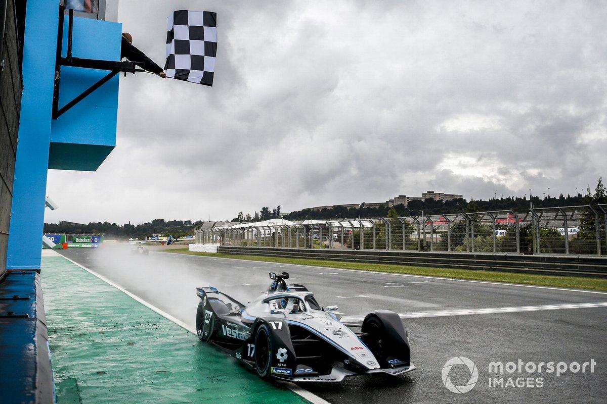 El ganador de la carrera Nyck de Vries, Mercedes-Benz EQ, EQ Silver Arrow 02 cruza la línea de meta