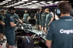 Mechanics in the garage with Lance Stroll, Aston Martin AMR21