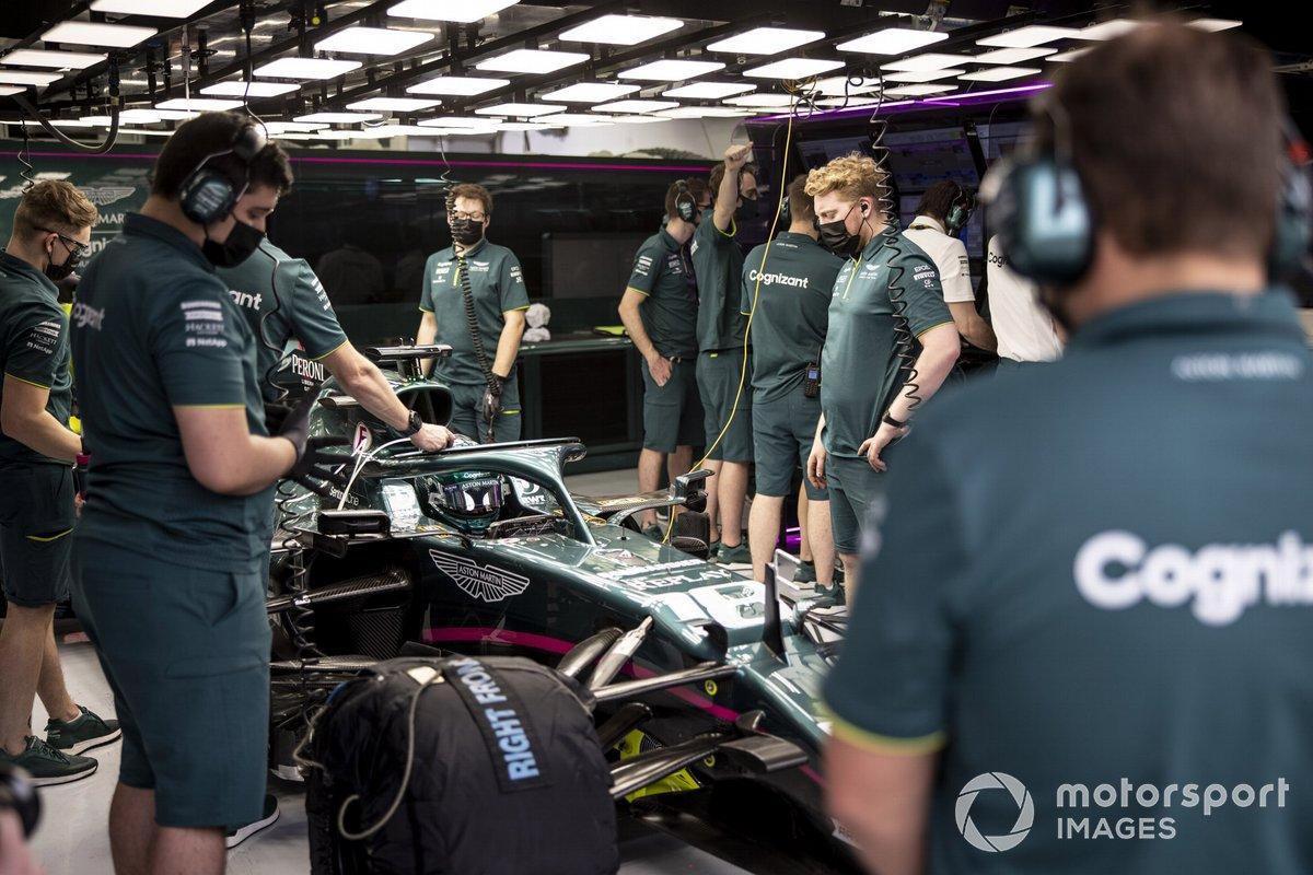 Meccanici in garage con Lance Stroll, Aston Martin AMR21