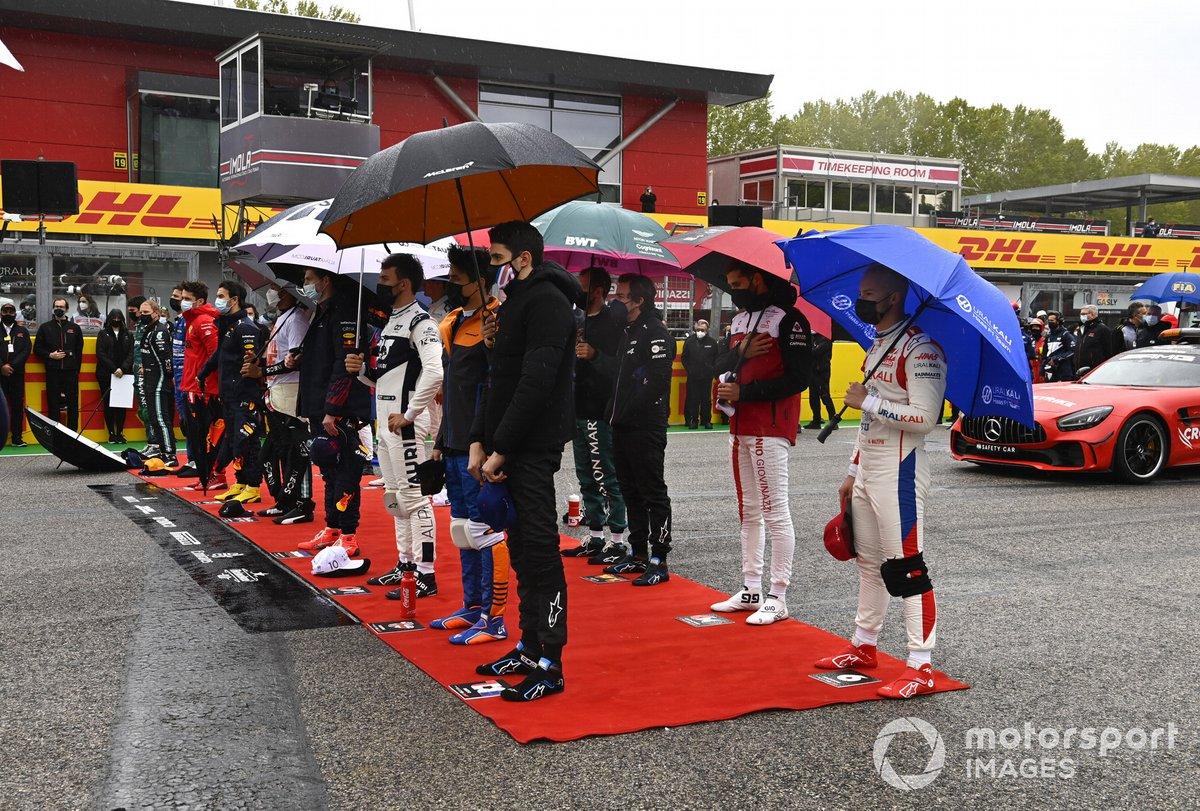 Los pilotos se sitúan en la parrilla para los himnos nacionales antes de la salida