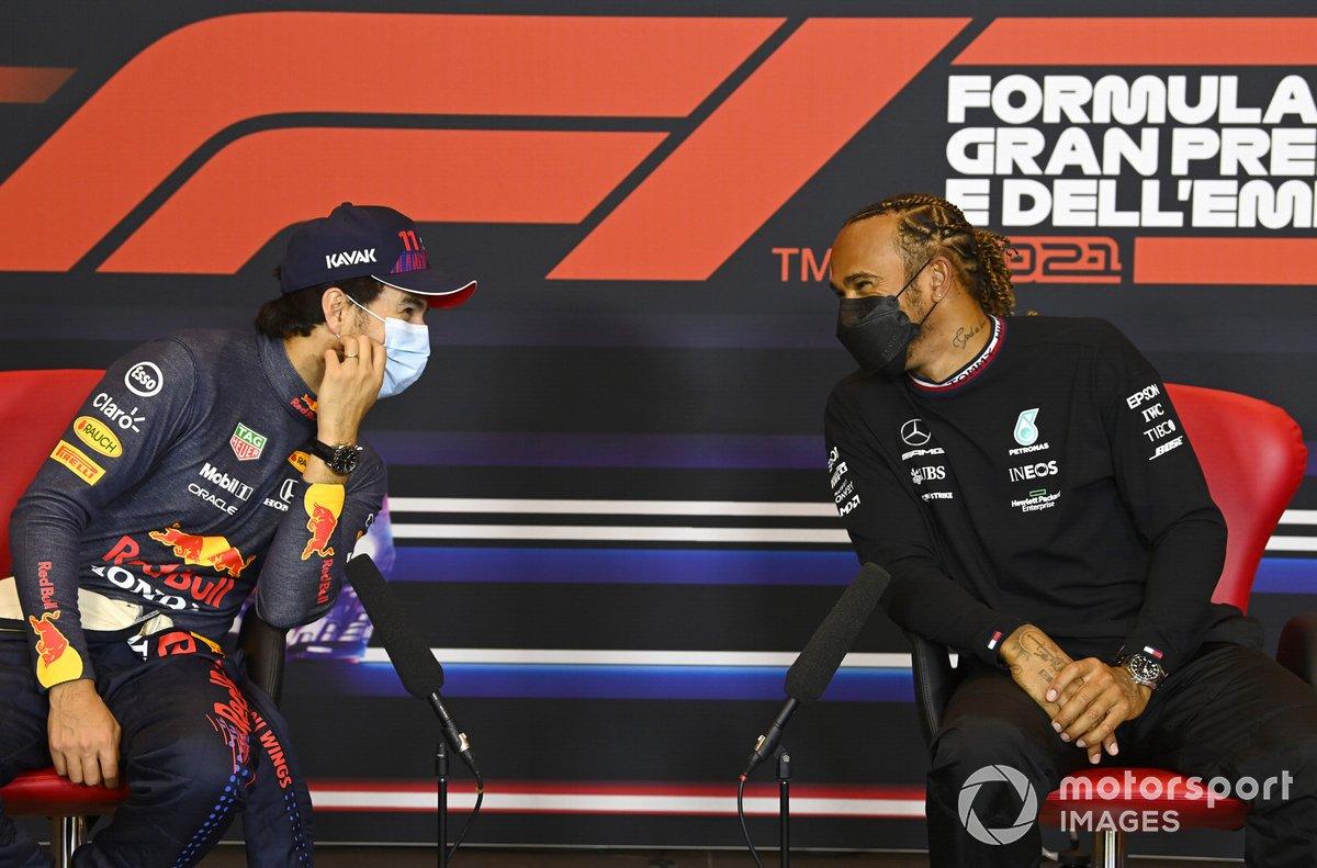 Sergio Perez, Red Bull Racing, e il pole man Lewis Hamilton, Mercedes, nella conferenza stampa dopo le Qualifiche