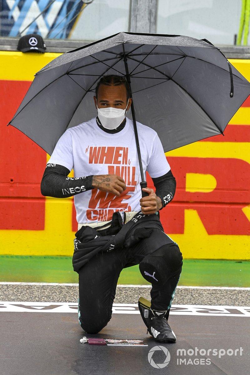 Lewis Hamilton, Mercedes, se arrodilla en la parrilla