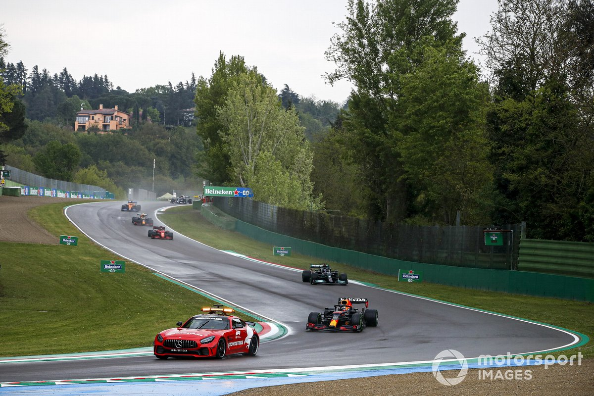 La Safety Car precede Max Verstappen, Red Bull Racing RB16B, e Lewis Hamilton, Mercedes W12