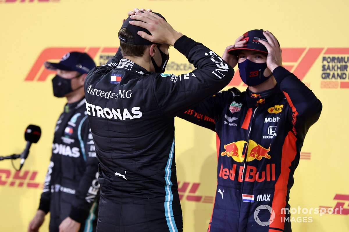 George Russell, Mercedes-AMG F1, y Max Verstappen, Red Bull Racing, tras la clasificación