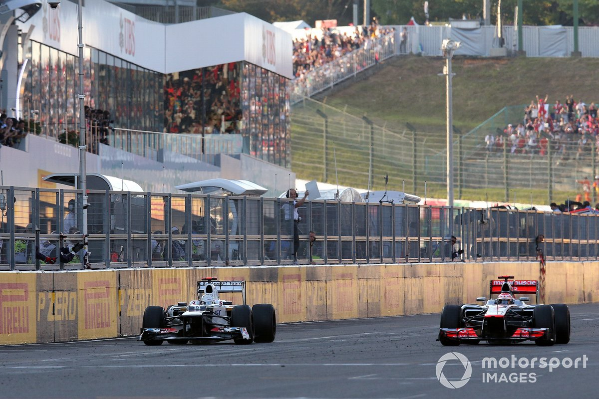Kamui Kobayashi, Sauber C31 and Jenson Button, McLaren MP4-27