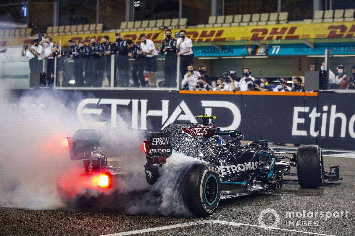 Valtteri Bottas, Mercedes F1 W11, 2º puesto, hace donuts al final de la carrera