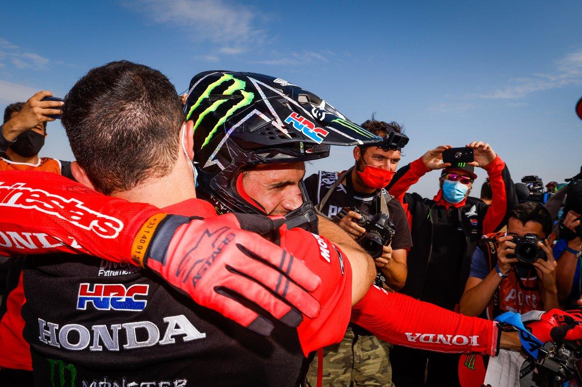 #47 Monster Energy Honda Team: Kevin Benavides celebra con el equipo