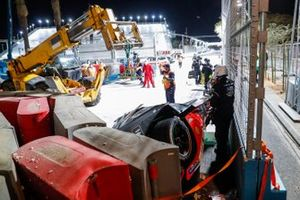 Marshals work to recover the car of Alex Lynn, Mahindra Racing, M7Electro