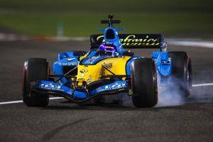Fernando Alonso pilota el Renault R25, el coche con el que ganó el mundial 2005 de F1, en Abu Dhabi