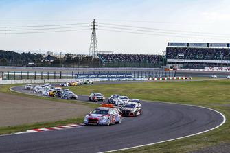 Gabriele Tarquini, BRC Racing Team Hyundai i30 N TCR leads