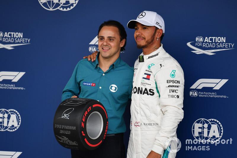 Lewis Hamilton, Mercedes AMG F1 recibe el premio Pirelli Pole Position de parte de Felipe Massa
