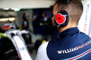 Una pegatina en las orejeras de un mecánico de Williams