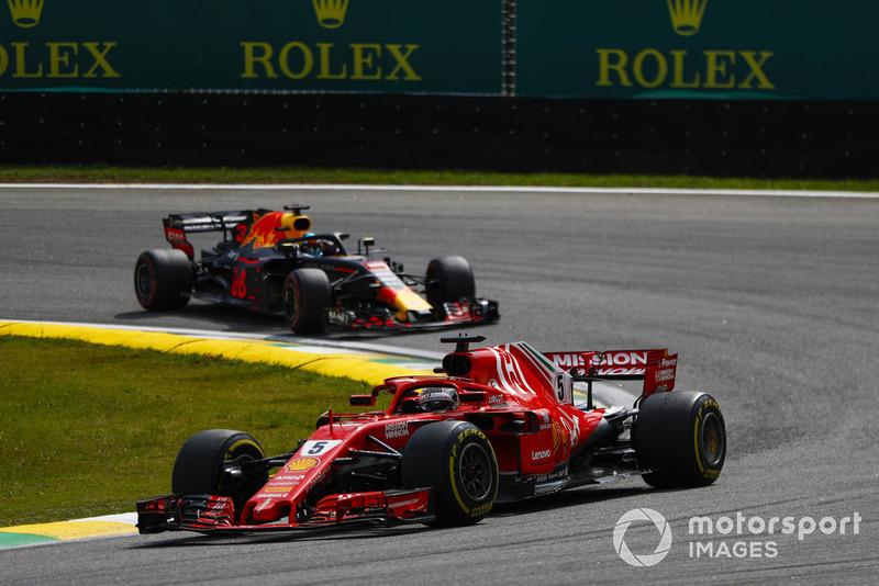 Sebastian Vettel, Ferrari SF71H, precede Daniel Ricciardo, Red Bull Racing RB14