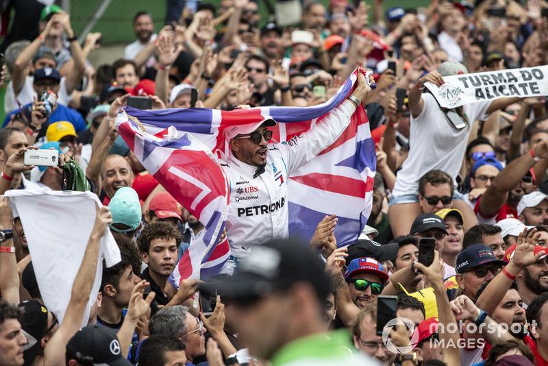 Lewis Hamilton, fan de Mercedes AMG F1 y bandera de la Unión y los fanáticos celebran