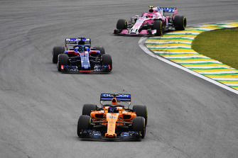 Fernando Alonso, McLaren MCL33 voor Brendon Hartley, Scuderia Toro Rosso STR13 en Esteban Ocon, Racing Point Force India VJM11