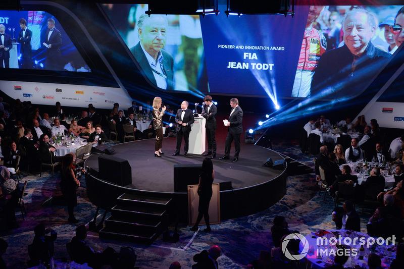 """Nicki Shields, Charles Leclerc e David Croft consegnano il """"Pioneer and Innovation Award"""" al Presidente della FIA, Jean Todt"""